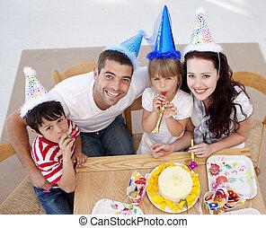 kąt, rodzina, wysoki, świętując, urodziny, szczęśliwy