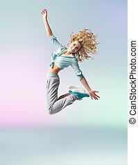 kędzierzawy-haired, atleta, kobieta, skokowy, i, taniec