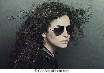 kędzierzawy włos, kobieta z sunglasses