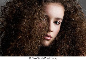 kędzierzawy włos, piękno, fason modelują