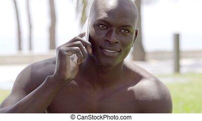 kaal, zwarte man, het spreken, op telefoon, in het park