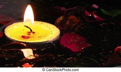 kaarsjes, bloemen, en, bladeren, op, de, water