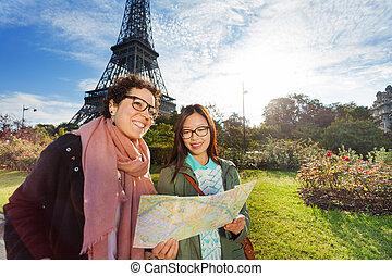 kaart, parijs, twee, vrolijke , vrienden, sightseeing