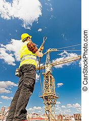 kabel, arbeider, bouwsector, onder, rijzen kraan uit