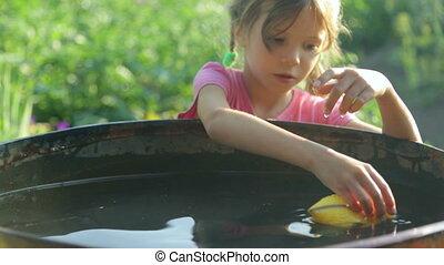 kaczka, zabawka, mała dziewczyna, interpretacja