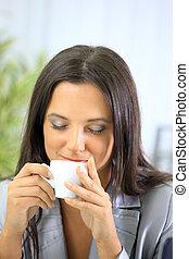 kaffe, kontor, henne, kopp, affärskvinna, avslappnad, holdingen, skrivbord, stående