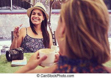 kaffe, kvinna, hinder, cigarrett ryka, drickande, elektronisk, lycklig