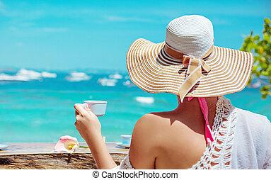 kaffe utom, dam, avslappnad, ung, drickande, strand