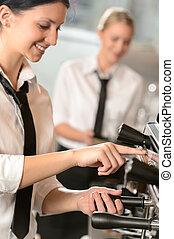 kaffeemaschine, vorbereiten, lächeln, kellnerin, frauen