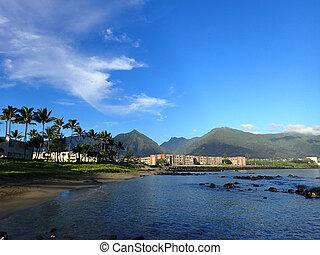 kahului, bucht, mit, hotel, kokosnuss, bäume, und, iao, tal, und, umgeben, berge, in, der, entfernung, auf, westen, maui, auf, a, schöne , day.