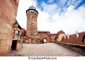 kaiserburg, con, torre, en, interior, yarda, nuremberg
