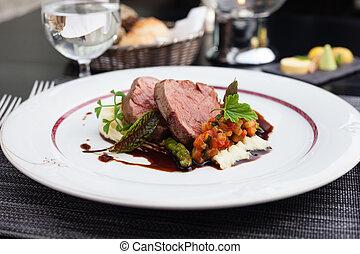 kalfsvlees, filet, met, groente, ratatouille