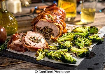 kalfsvlees, rol, gerolde, met, prosciutto, en, gevulde, met, zaden, en, feta