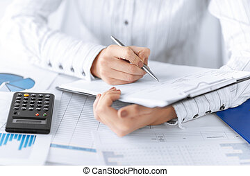 kalkulator, kobieta, papiery, ręka