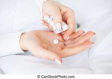 kall, och, flu., kvinna, hålla, piller i hand, lögnaktig, blomsterbädd