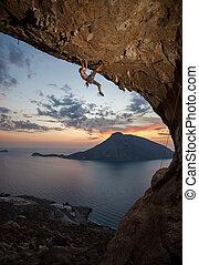 kalymnos, grèce, rocher, alpiniste mâle, sunset.