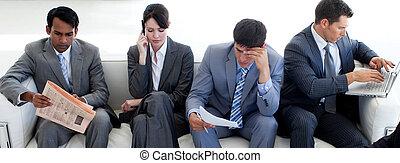 kamer, zakenlui, zittende , wachten, multi-etnisch