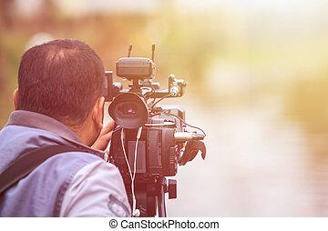 kameramann, gebrauchend, professionell, video, digital, draußen, arbeitende , einstellung, kamera.