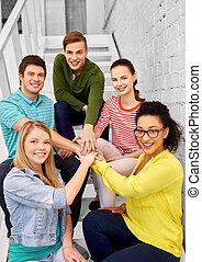 kammerater, studerende, stakke, teenage, hænder, eller