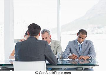 kandidaat, controleren, recruiters, sollicitatiegesprek, gedurende