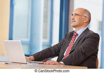 kantoor, draagbare computer, op, het kijken, bureau, zakenman
