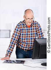 kantoor, erachter kijkend, computer, bureau, man