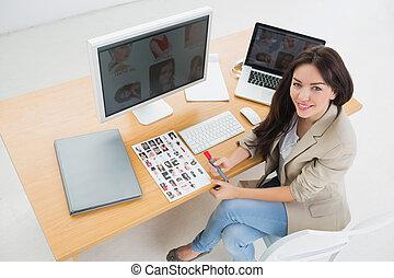 kantoor, kunstenaar, computers, vrouwlijk, bureau, zittende