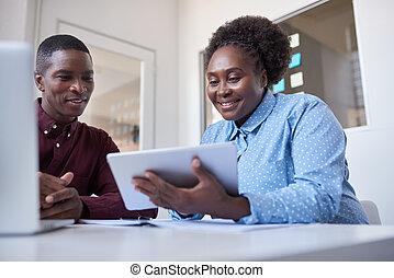 kantoor, tablet, afrikaan, jonge, medewerkers, digitale , gebruik
