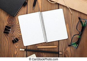 kantoor, tafel, met, notepad, ouderwetse , enveloppe, en,...