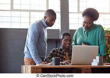 kantoor, werkende , draagbare computer, businesspeople, afrikaan, het glimlachen