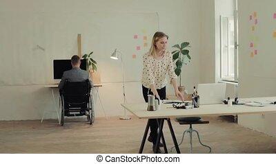 kantoor., wheelchair, twee, zakenlui