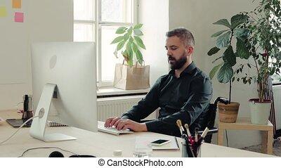kantoor., wheelchair, zijn, zakenman, bureau