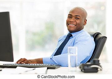 kantoor, zittende , het kijken, fototoestel, afrikaan, zakenman