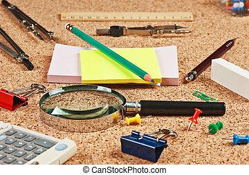 kantoorartikelen, in, een, warboel, op de tafel