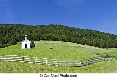 Kapelle am Berghang - Kapelle auf einer eingezäunten Weide...