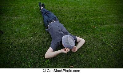 kapelusz, trawa, park, leżący, człowiek