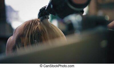 kapper, in, black , handschoenen, was, blonde, vrouw, haar, op, zinken, in, de, knapheid salon, closeup, achtermening