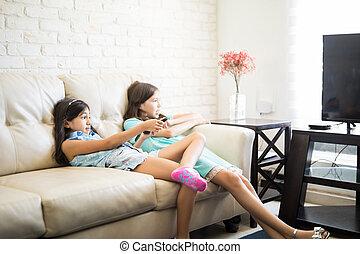 karóra televízió, film, két, dívány, bájos, lánytestvér, otthon, lány friends, vagy, boldog