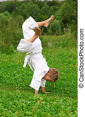 karate, fiú, cselekszik, kézenállás, képben látható, pázsit
