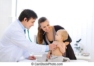 kariert, doktor, wesen, stethoskop, baby, gebrauchend, überrascht