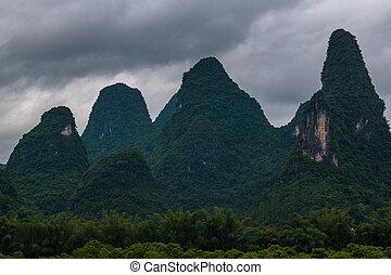 karst, spitzen, in, xingping, stadt, und, der, li-fluß, bekannt, als, lijiang, river.