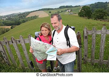 karta, pensionerada folk, trekking, läsning, dag