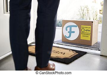 karton, buitenste deur, man, fris, opening, afsluiten, voedingsmiddelen, thuis, doosje, aflevering, op, voorkant
