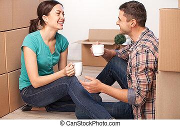 kartong kassera, avkopplande, par, ung, sittande, dem, golv...