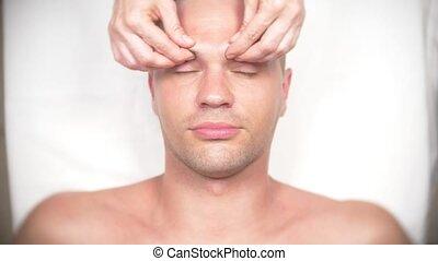 kasmetologist., kantoor, krijgen, neck., 4k, massage., gezicht, masseren, slow-motion, man, bovenzijde, het liggen, aanzicht