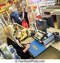 kassier, en, klanten, op, checkout logenstrafen, in, supermarkt