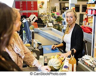 kassier, het glimlachen, terwijl, klanten, staand, op, checkout logenstrafen