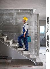 kasten, gehen, frau, werkzeug, arbeiter, auf, stelle., baugewerbe, treppe