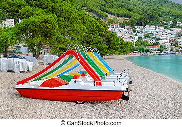 katamaran, strand, in, brela, kroatien, und, schöne , wasserlandschaft