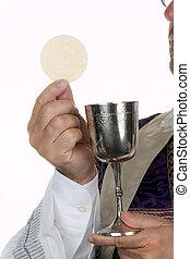 katholiek, priester, met, een, kelk, en, gastheer, in, communicatie